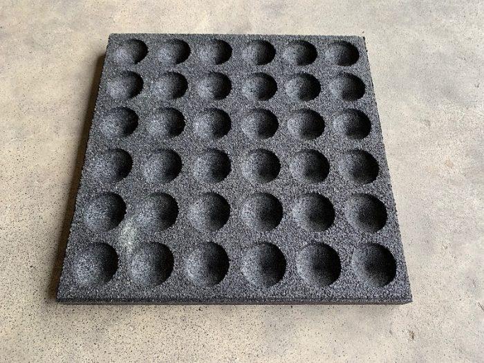 granulaat tegel onder